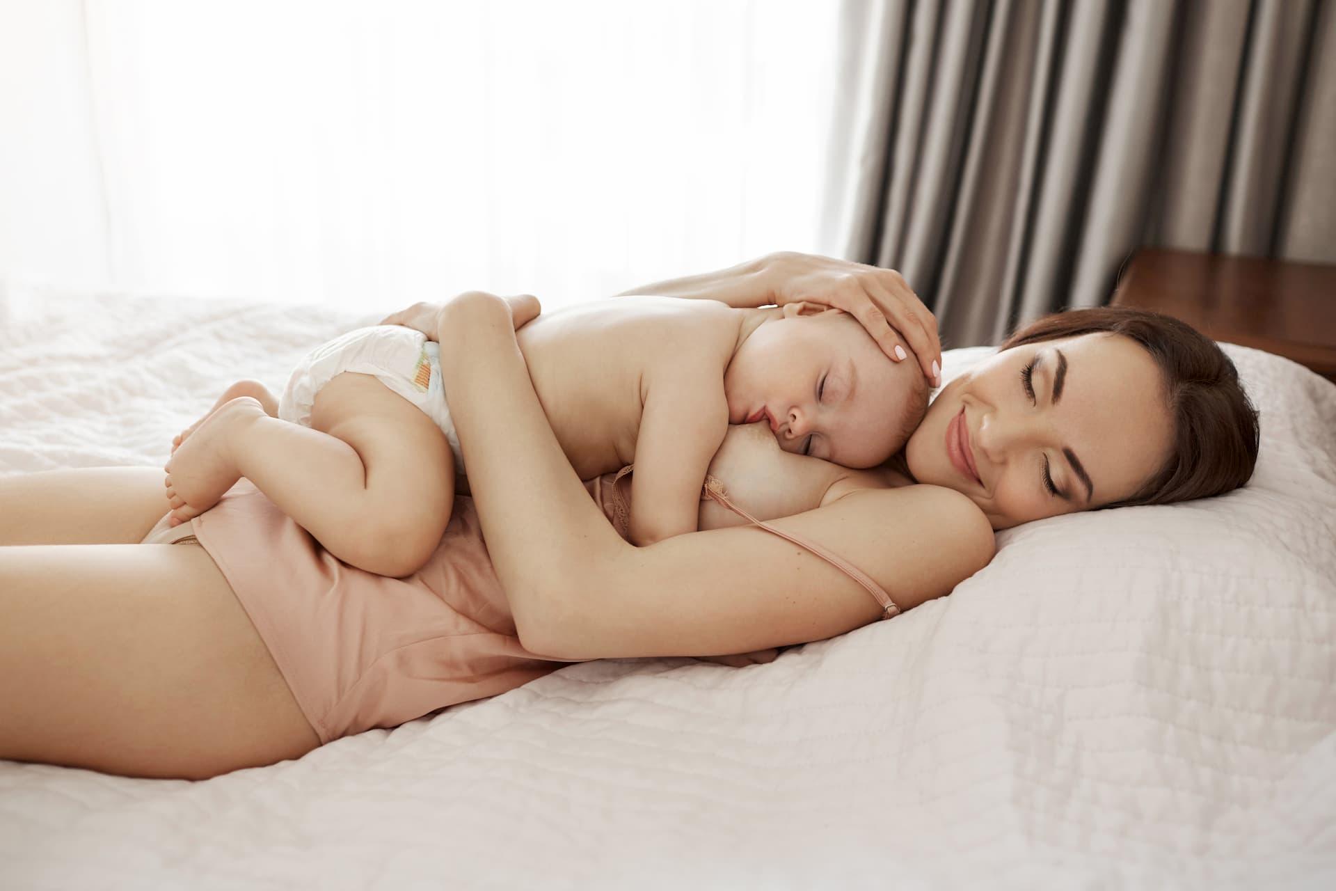El bebé usa el pecho de chupete